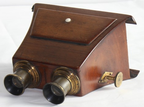 A Claudet-type stereoscope by an unknown maker dating from circa 1850 from the University Museums Collections.