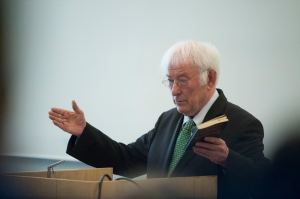 Poet Seamus Heaney during a reading at the Medievalism Conference. (Photo courtesy of Alan Richardson